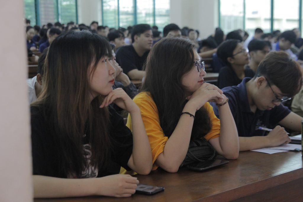 Nữ sinh ngành Kỹ thuật Điện Tử Viễn Thông
